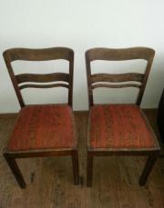 2 alte Holzstühle
