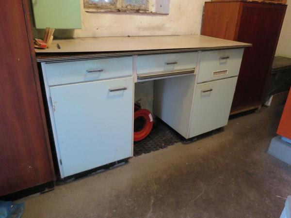 155 60 86 b t h f e 8cm hoch schubl den 47 5 breit rechts hat der tisch ein metallfach. Black Bedroom Furniture Sets. Home Design Ideas
