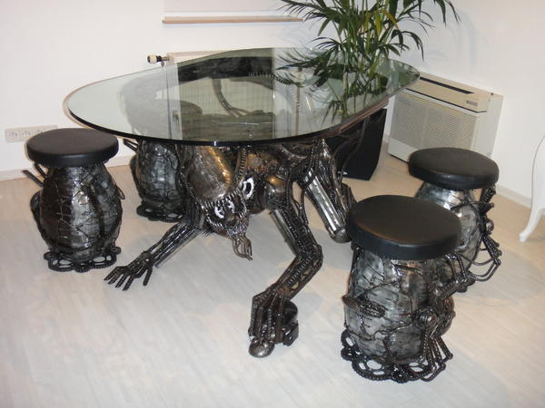 alien tisch schrott kunst aus thailand scrap metal art in beilstein speisezimmer essecken. Black Bedroom Furniture Sets. Home Design Ideas
