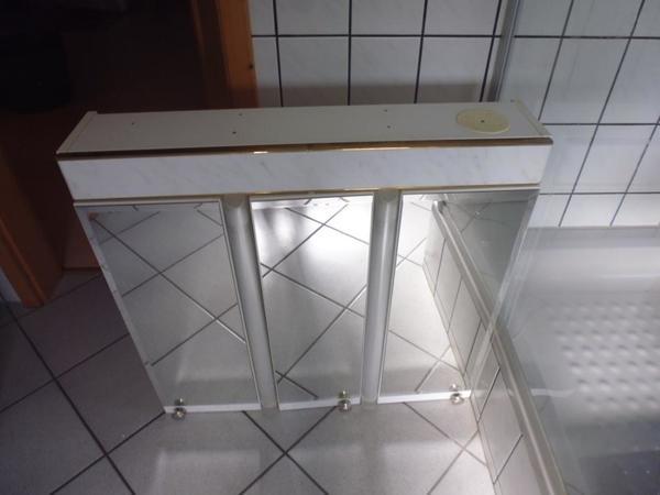 Badschrank Spiegelschrank dreitürig weiss mit Licht und Steckdose