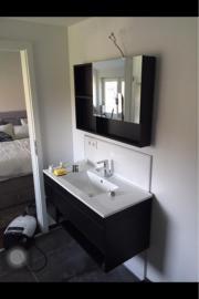 Badschrank und Waschbecken