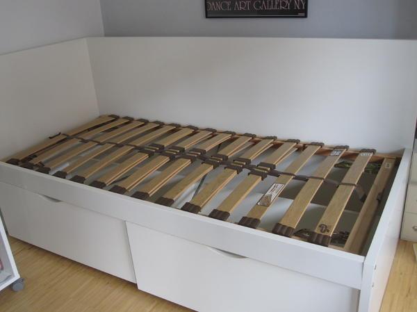 bett auf rollen ikea wohndesign und m bel ideen. Black Bedroom Furniture Sets. Home Design Ideas