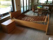 Einzelbett mit Nachtschränkchen
