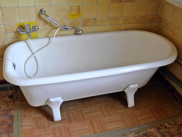 freistehende alte emaillierte badewanne in oftersheim bad einrichtung und ger te kaufen und. Black Bedroom Furniture Sets. Home Design Ideas