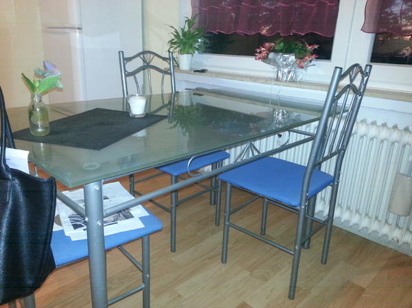 verkaufe hier meinen glastisch drei st hle siehe bild sind inordnung bei zwei weiteren m sste. Black Bedroom Furniture Sets. Home Design Ideas