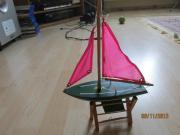 Holzschiff mit Segel