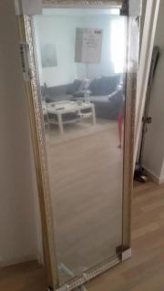 Nagelneuer Spiegel- nie
