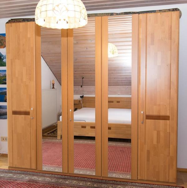 neuwertiges schlafzimmer mit schrank und bett von hofmeister erle teilmassiv in heilbronn. Black Bedroom Furniture Sets. Home Design Ideas