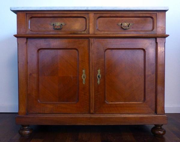 diese gut erhaltene kommode ca 1900 bzw jahrhundertwende des letzten jahrhunderts mit massiver. Black Bedroom Furniture Sets. Home Design Ideas