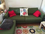 Schönes dunkelgrünes Sofa-