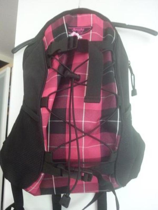 schwarz pinker rucksack neu in berlin taschen koffer accessoires kaufen und verkaufen ber. Black Bedroom Furniture Sets. Home Design Ideas