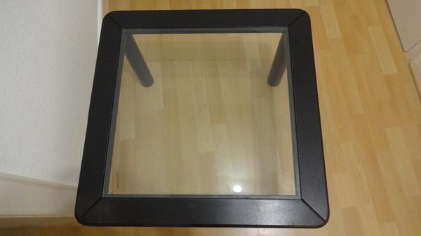 Praktischer Couchtisch in schwarz mit Glasplatte
