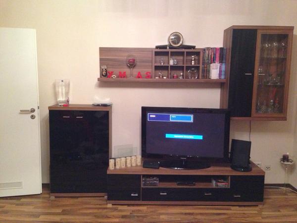 verkaufe eine sehr sch ne wohnwand in schwarz lack und braun es besteht aus 4 teilen die. Black Bedroom Furniture Sets. Home Design Ideas