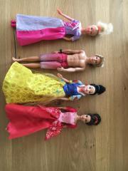 Vier Puppen: zwei