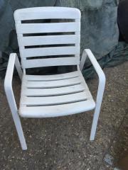 weißer, gebrauchter Gartenstuhl (