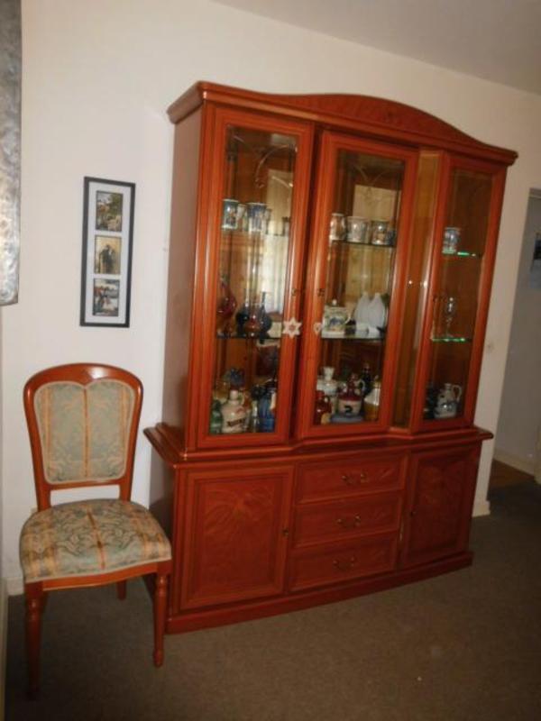 wohnzimmer mit 2 kirschbaum vitrinenschr nke esstisch. Black Bedroom Furniture Sets. Home Design Ideas