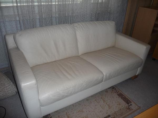 zweier couch und sonstige wohnzimmereinrichtung. Black Bedroom Furniture Sets. Home Design Ideas