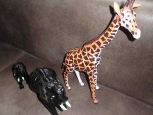 Afrika Elefant Giraffe Leder Dekoration - Bottrop Vonderort - Verkaufe drei Tierfiguren. Zweimal Elefant, einmal Giraffe. Alle lederbezogen. Der größere Elefant hat einen Riss am Bein. Alles zusammen: 20,-- Euro. Nur komplett. Bitte Selbstabholung. - Bottrop Vonderort