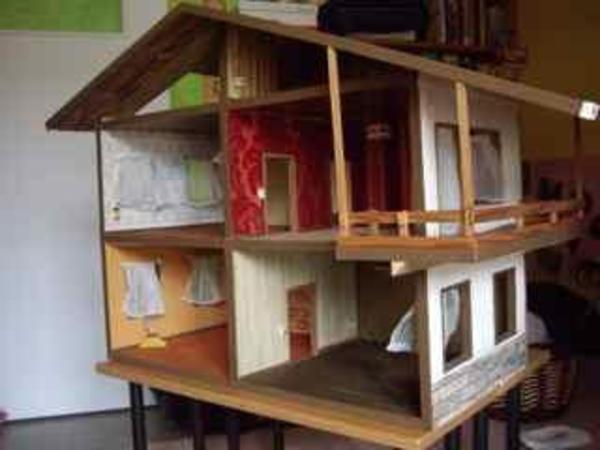 großes puppenhaus aus holz mit balkon, teppichböden, tapeten,