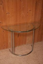 halbrunder Glastisch