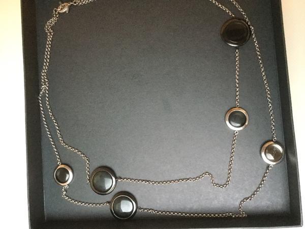 Halskette Dyrberg/Kern - Ebersberg - Halskette von Dyrberg/Kern aus Edelstahl mit Glaseinsätzen, kann lang, oder kurz getragen werden, den Karabiner kann man so einhaken, dass die Kette doppelreihig getragen werden kann. Ein kleiner Dyrberg/Kern-Anhänger mit Beschriftung ist ei - Ebersberg