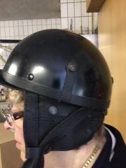 Motorradhelm mit Lederverschluss