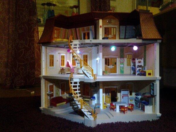 playmobil puppenhaus gro mit einrichtung und licht sehr sch n zu weihnachten in sinsheim. Black Bedroom Furniture Sets. Home Design Ideas