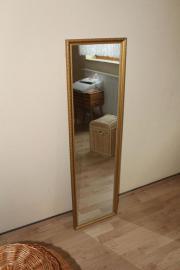 schmaler hoher Spiegel mit Holzstuckrahmen