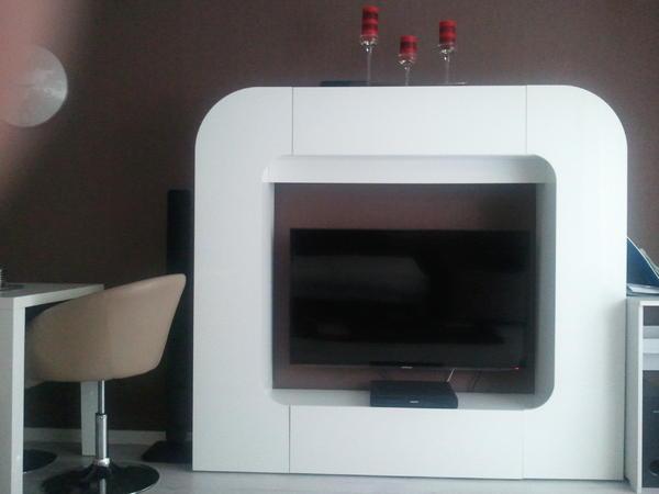 sehr moderne wohnwand in wei hochglanz mit viel stauraum. Black Bedroom Furniture Sets. Home Design Ideas